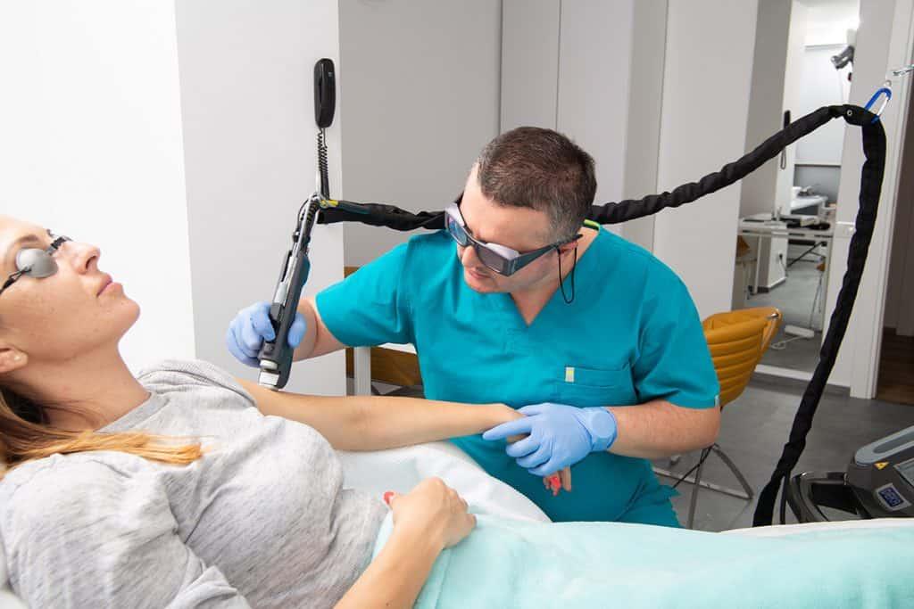 Dr. catalin Manole in timp e face tratament cu laser vascular pentru vinisoare pe mana unei paciente